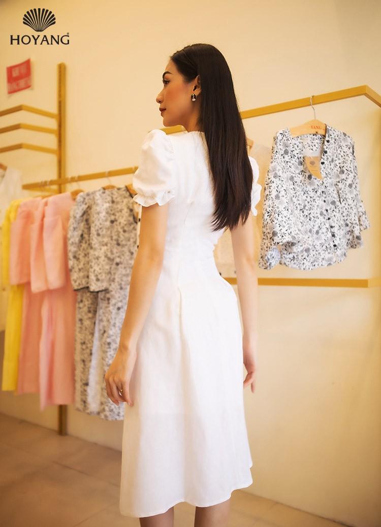 đầm trắng đẹp cổ vuông xẻ tà đính nút trước